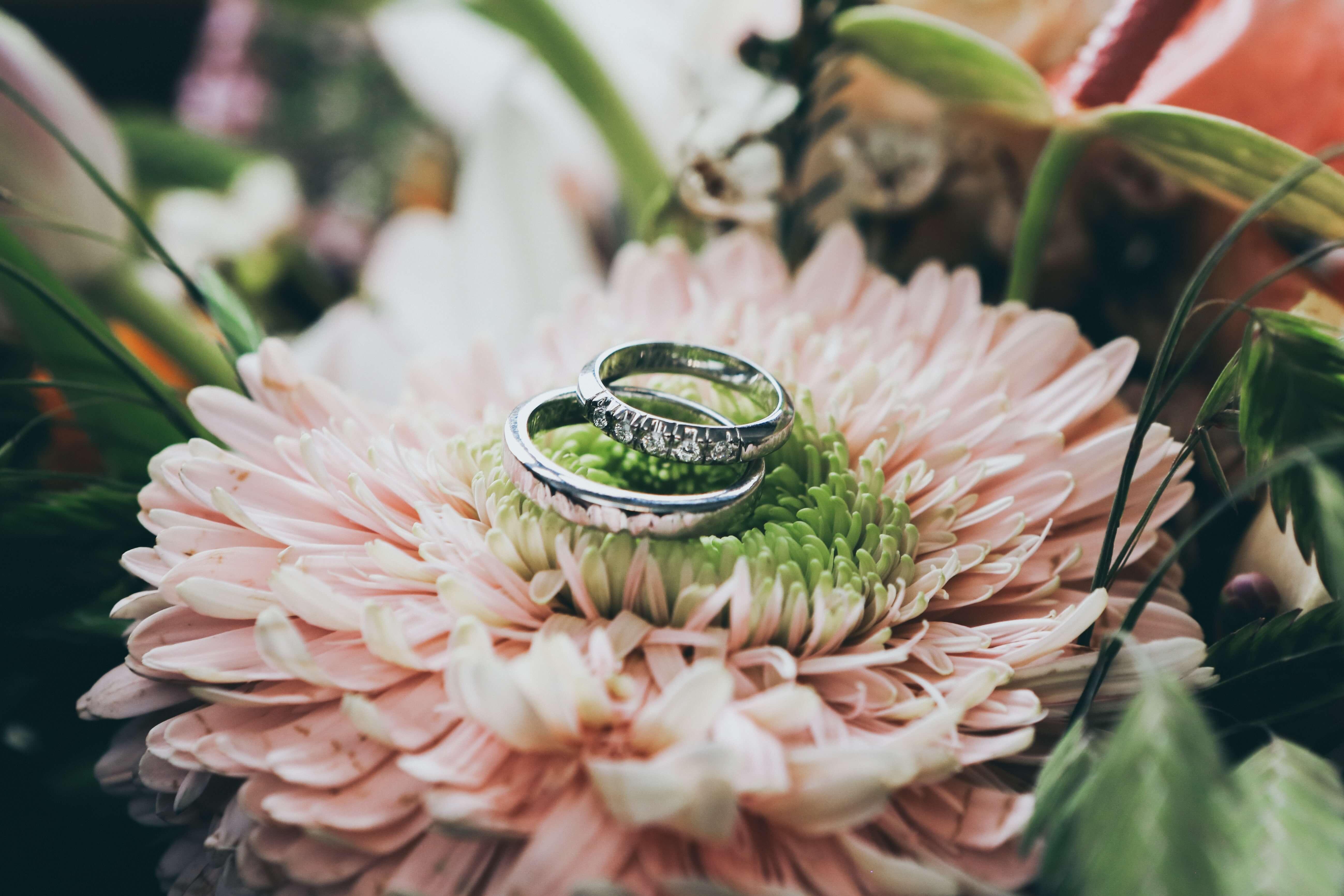 金属アレルギーにならない婚約指輪